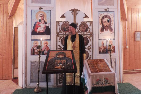 После завершения молебна священнослужители рассказали осужденным о том, какими своими поступками Петр Томаницкий заслужил такое почтение среди верующих.