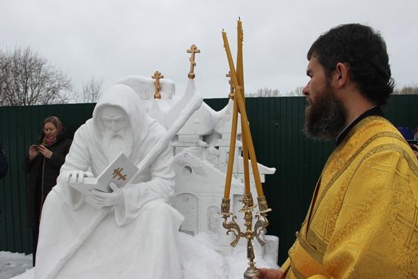 На территории, прилегающей к Софийскому женскому монастырю, прошла торжественная церемония открытия памятника, установленного в честь основателя монастыря - священника Петра Томаницкого.