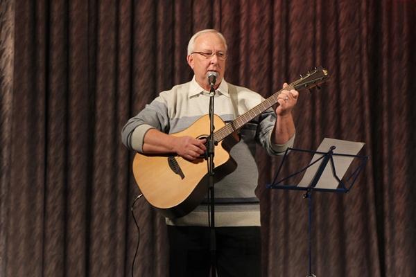 Конкурс проходил в нескольких номинациях. Участники исполняли как композиции собственного сочинения, так и песни известных и всеми любимых авторов.