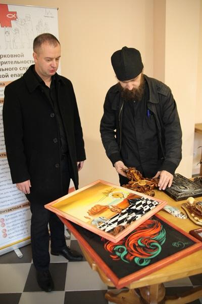 На этот раз заместитель начальника ИК-12 подполковник внутренней службы Игорь Кипров передал руководителю отдела по благотворительности и социальному служению Рыбинской епархии иерею Иоанну Перевезенцеву кованые и деревянные сувениры, а также картины, написанные осужденными.