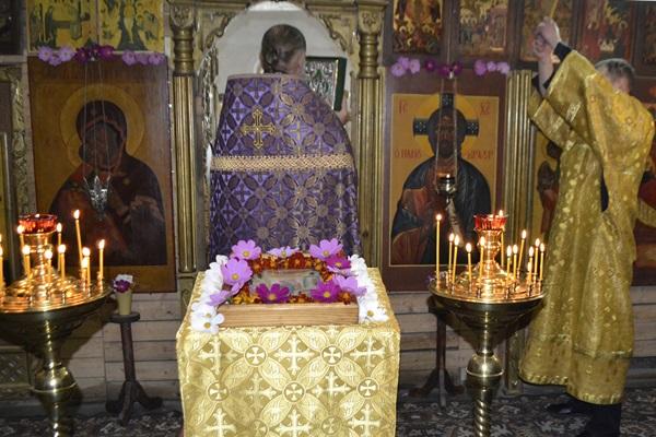 Иерей Сергий Миронов в сослужении иеромонаха Амвросия (Белова) провел Божественную литургию с церковным пением и Уставным чтением.