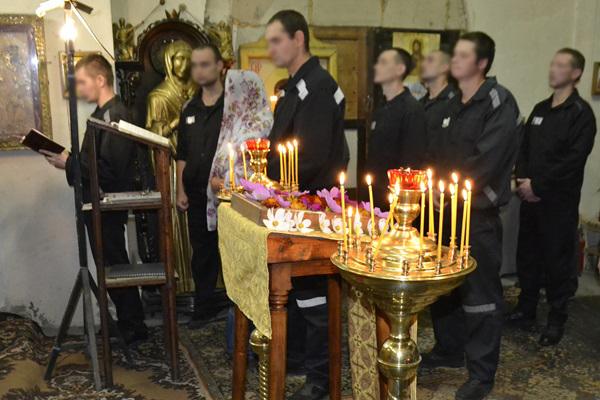 В храме Рождества Пресвятой Богородицы собрались около 30 осужденных, чтобы помолиться и поставить свечки.