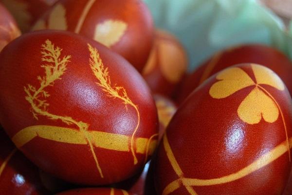 Окрашивание яиц в учреждениях регионального УФСИН осужденные традиционно производят с использованием луковой шелухи. В этом году в исправительной колонии №2 прошел конкурс на лучшее украшение Пасхального яйца, победителем которого стал осужденный Сергей.