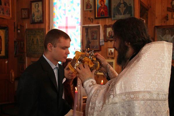 Духовный наставник учреждения иерей Дмитрий Воронов совершил Таинство венчания по всем православным канонам: исповедь, причастие, обручальные кольца, свечи и иконы.